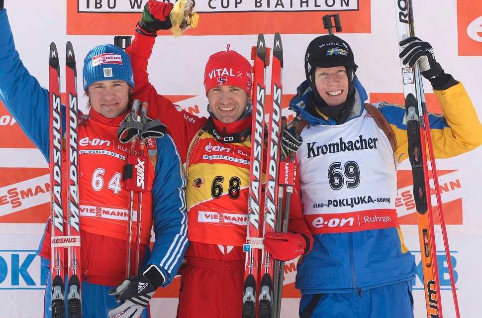 Dmitrij Jarosjenko (till vänster) på pallen med Ole Einar Björndalen och Mattias Nilsson (höger).