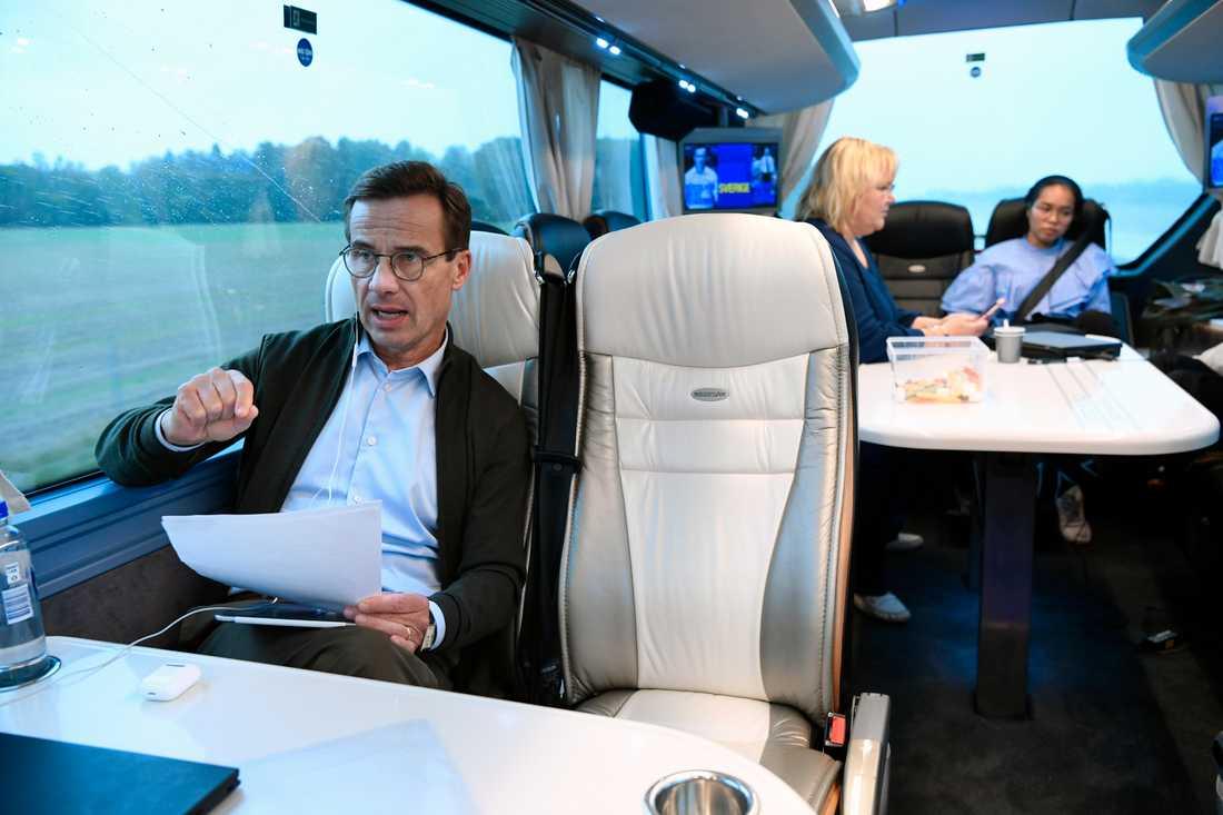 M-ledaren Ulf Kristersson på väg mot Norrköping på fredagseftermiddagen.
