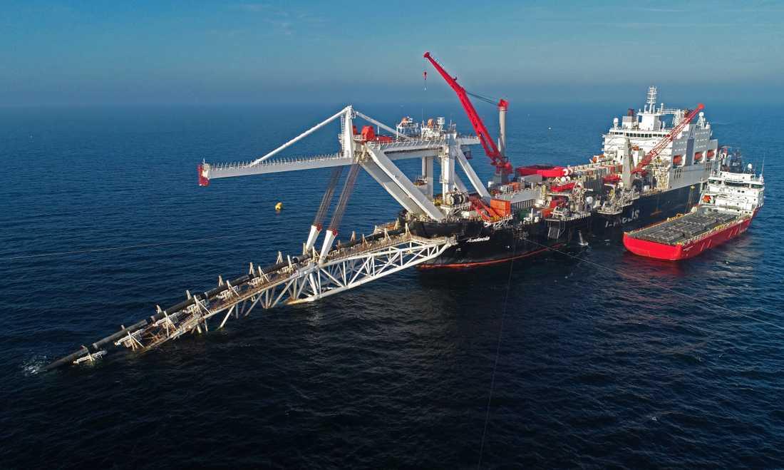 Ett fartyg arbetar i Östersjön med gasledningen Nord Stream 2. Arkivbild.