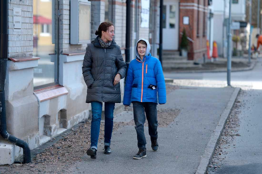 """Sara Nilsson, 39, och hennes son Hugo, 11, ser positivt på flyktingmottagandet. """"Jag tycker det är jättebra om Vellinge blir lite mer som Sverige i övrigt"""", säger hon."""