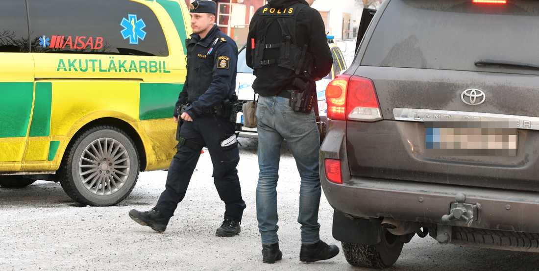 Polis på plats i Vällingby, Stockholm.