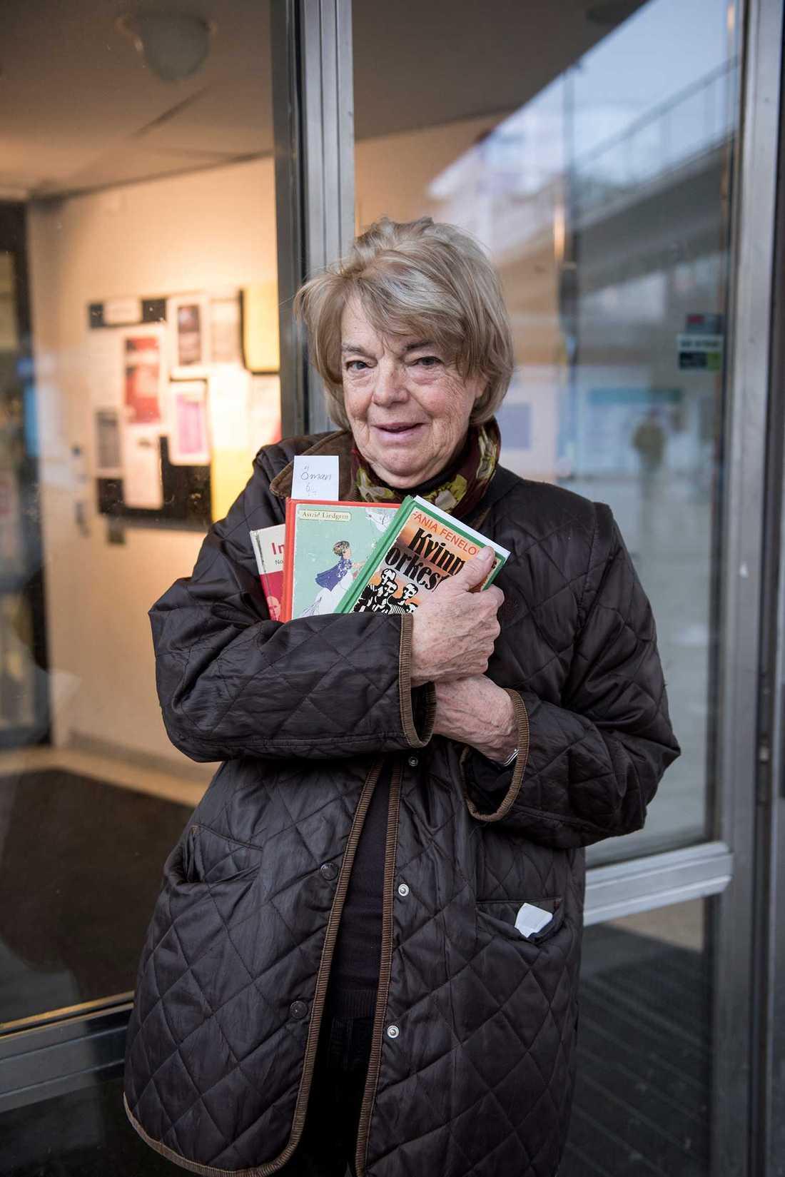 """Ursula Öhman är med i Bredängs biblioteks bokcirkel för pensionärer. """"Det finns en för tonåringar också"""", berättar hon."""