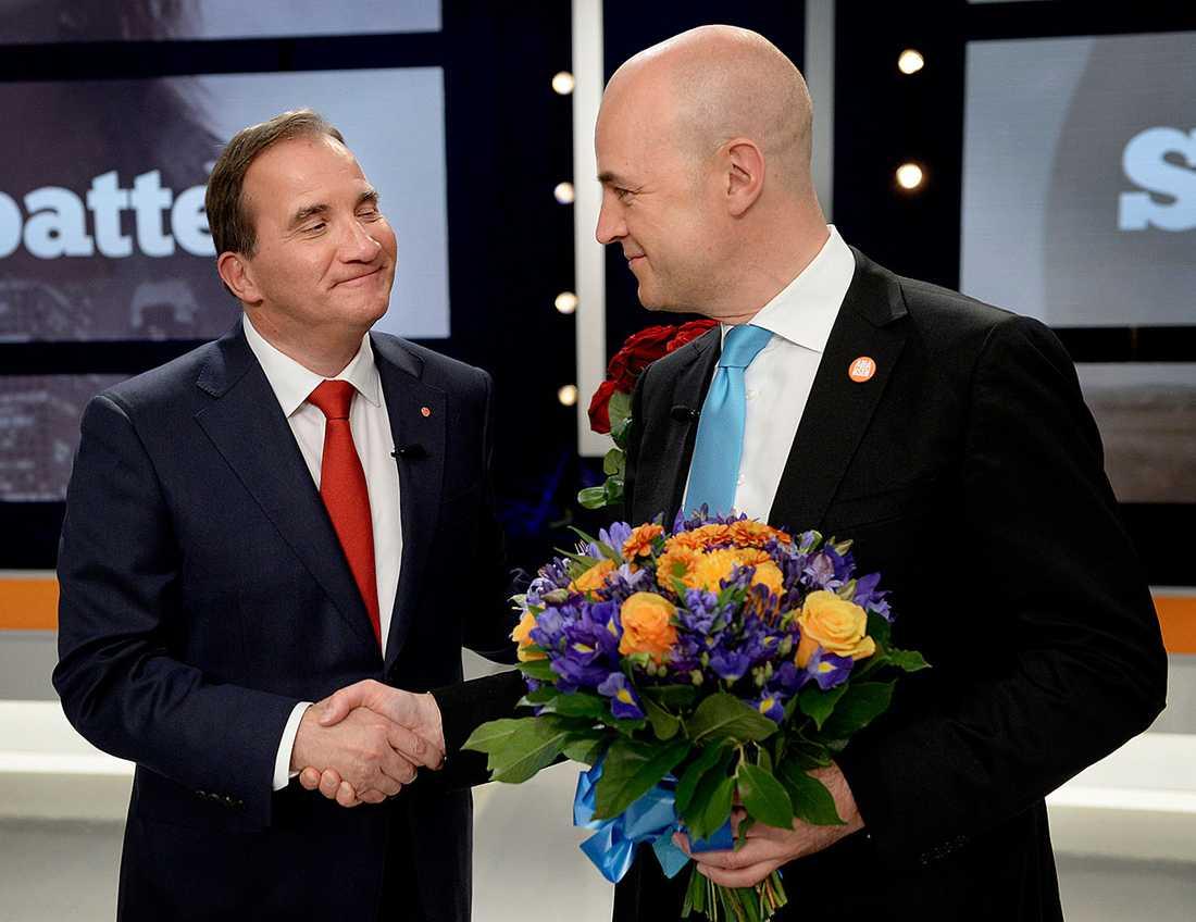 Löfven och Reinfeldt skakar hand efter debatten i SVT.