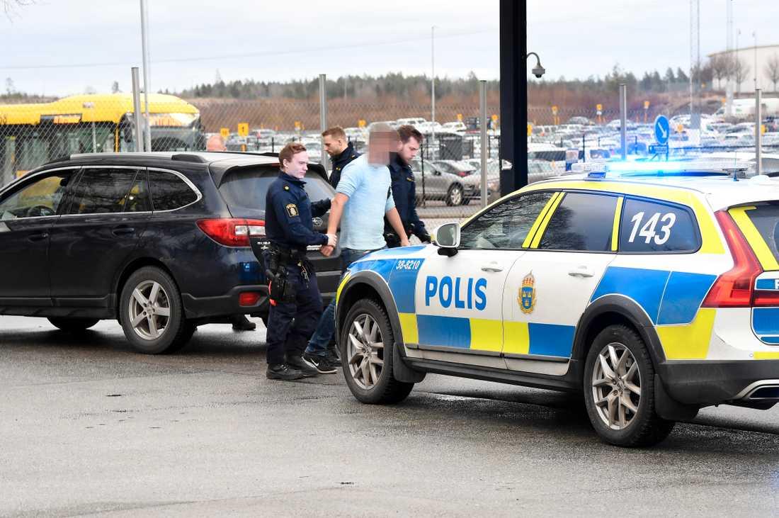 Här grips en av männen på Arlanda, misstänkta för grov våldtäkt.