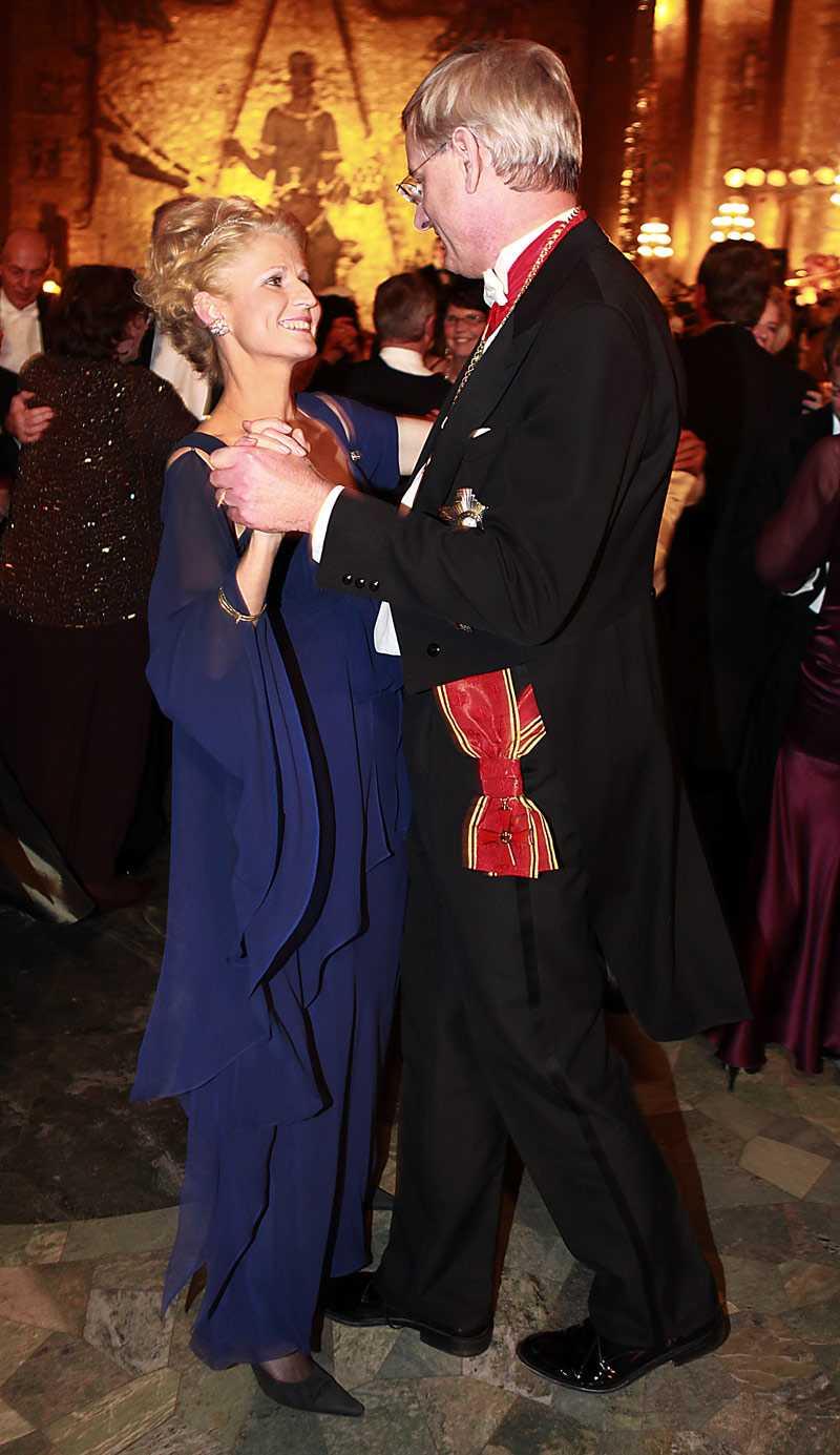 +++ Bättring! Anna Maria Corazza Bildt, politiker, i EU-parlamentet Mörkblå klänning med u-formad urringning och strass upptill, chiffongslamsor som hänger. Jag önskar att utrikesministerfrun drog på mer och hade en dramatisk klänning, stora juveler, hela rasket! Det är ju en färgstark kvinna – bättring till nästa år!