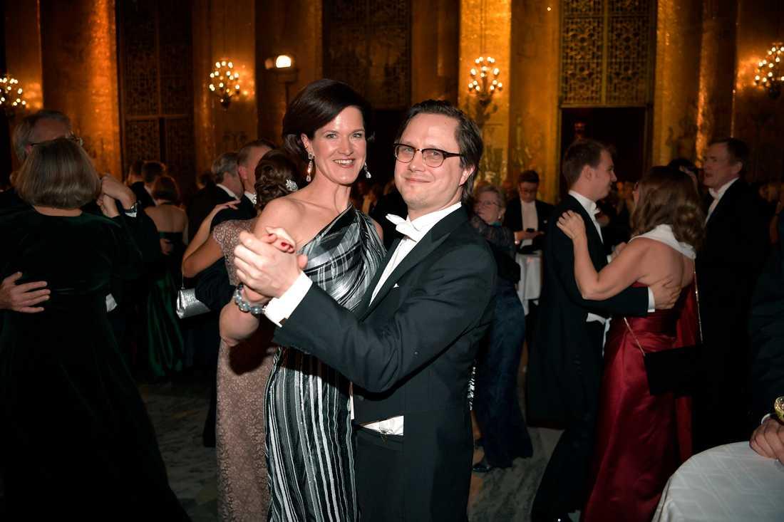 Aftonbladets Markus Larsson på dansgolvet med moderatledaren Anna Kinberg Batra.