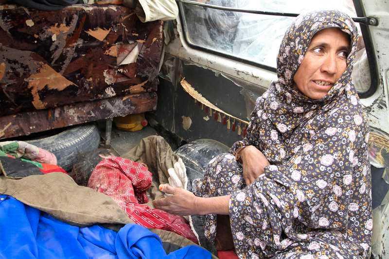 En kvinna vid ett av soldatens offer.