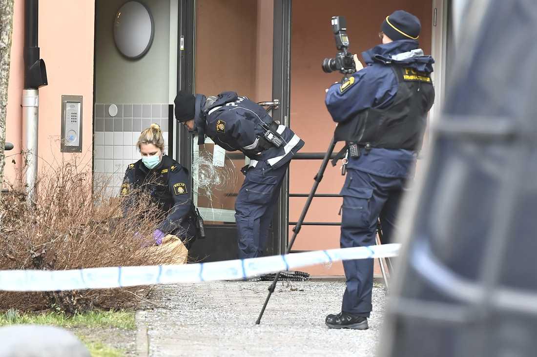 Polisens tekniker utanför bostaden i Skogås den 10 februari.