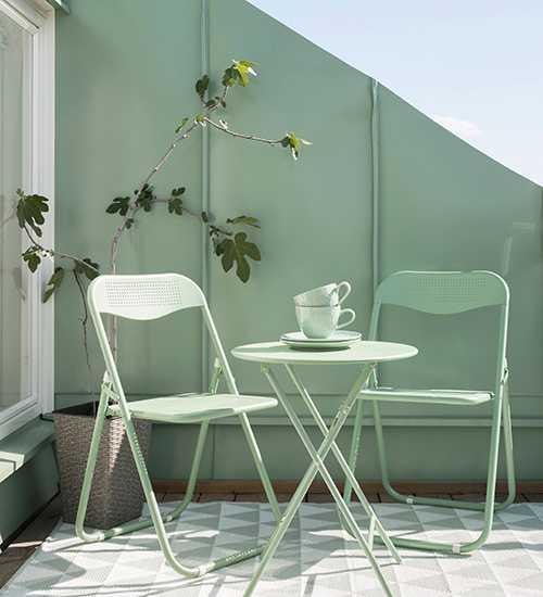 En fika i solen. Dags att flytta ut på balkong och uteplats med nya trädgårdsmöbler. Kaféset i grönt, stol 149 kr/styck, bord, 199 kr Rusta.
