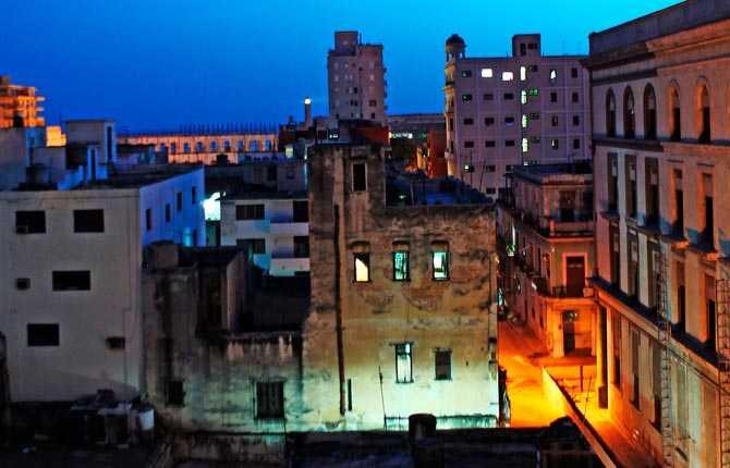 """""""Hussiluetter i gamla Havanna när jag i gryningen tittar ut genom mitt hotellfönster. Himlen går redan i blått."""""""