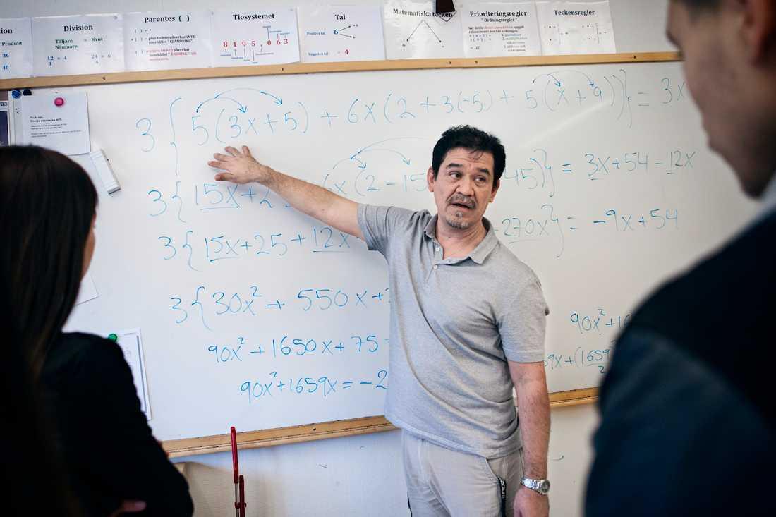 Joel Morales vill ge eleverna både självförtroende och kunskaper i matematik. Foto: JONAS ENG