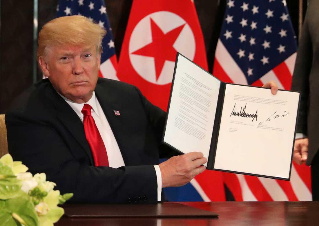 Trump med dokumentet.