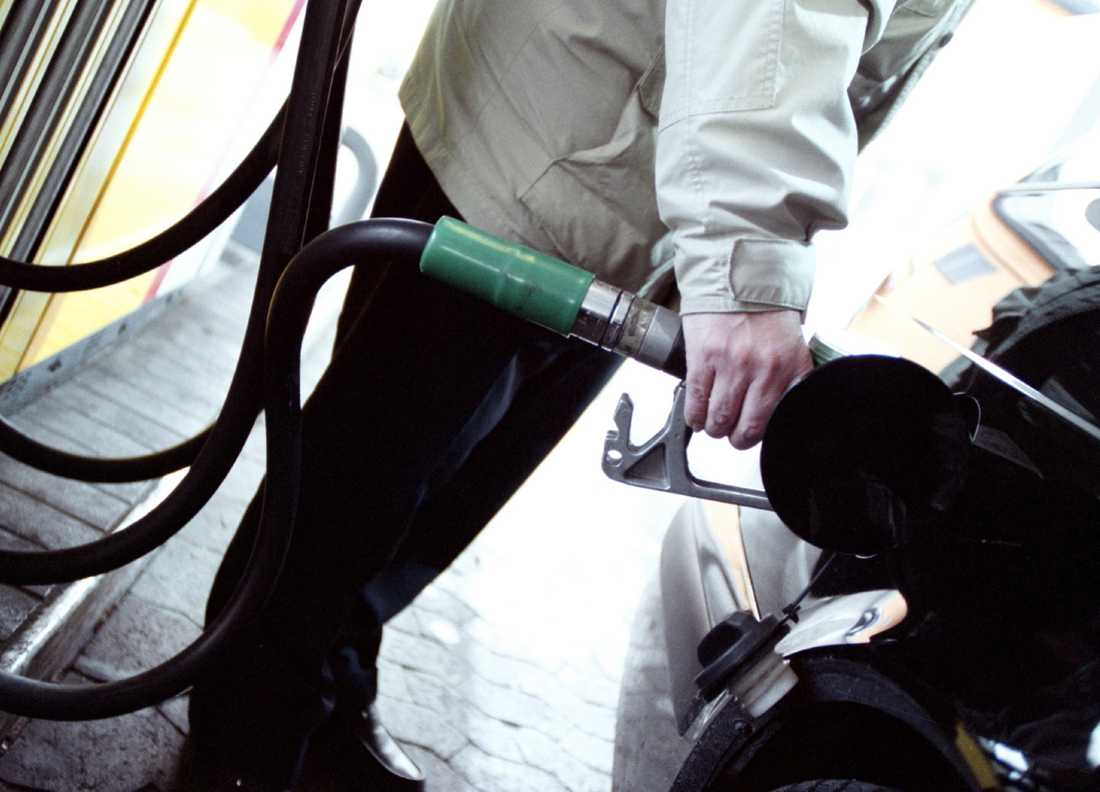 Hälften av bensinen och dieseln som tankas i svenska bilar har okänt ursprung. Arkivbild.