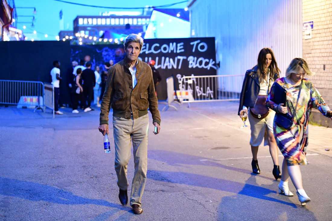 """John Kerry, tidigare amerikansk utrikesminister under Obama 2013–2017, lämnade festen tidigt. """"It was fine"""", meddelade han Aftonbladets fotograf."""