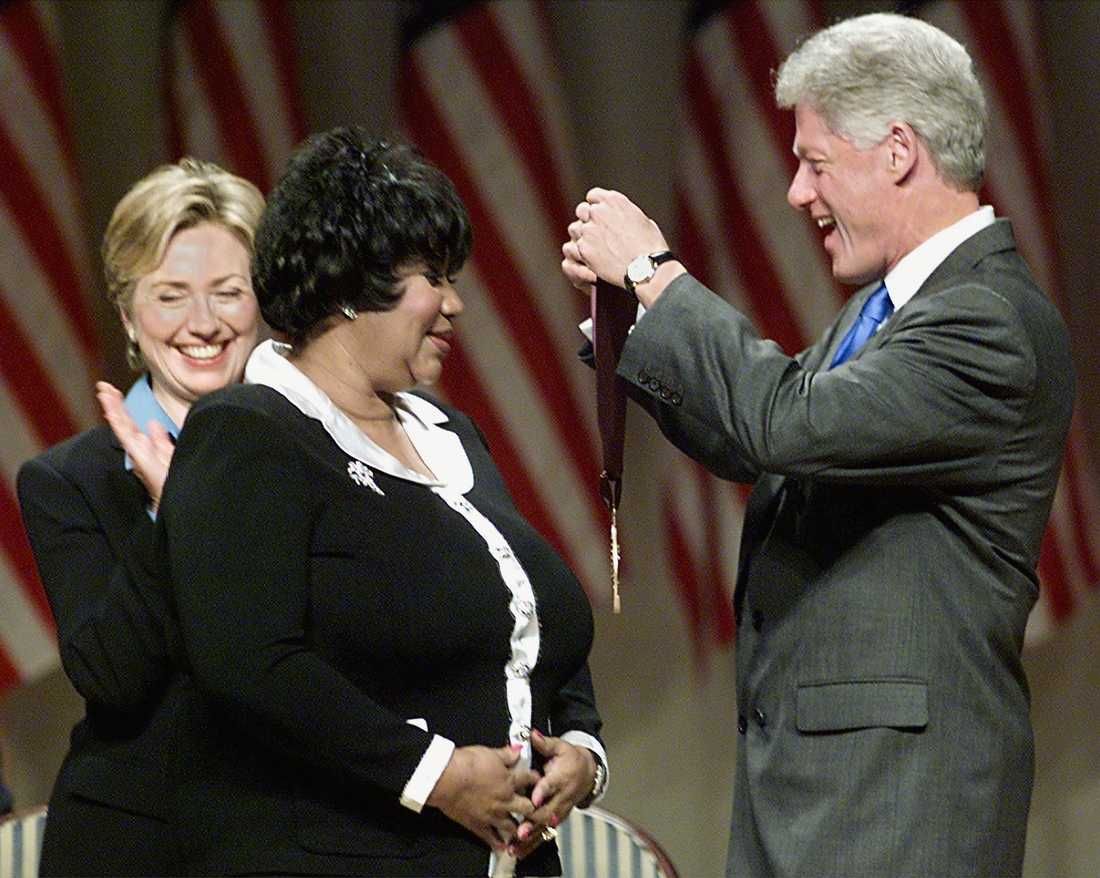 Aretha Franklin belönades med National medal of arts and humanities av dåvarande presidenten Bill Clinton den 29 september 1999.