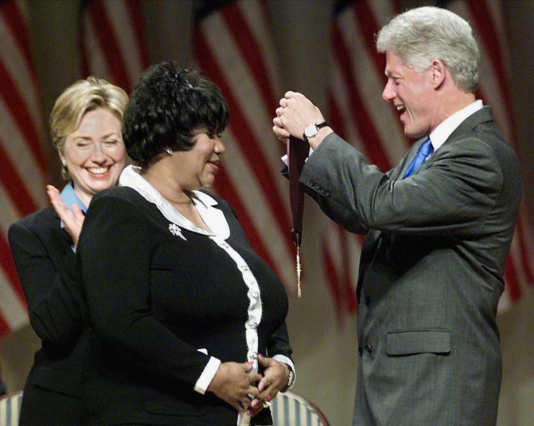 Aretha Franklin belönades med National medal of arts and humanities av dåvarande presidenten Bill Clinton den 29 september 1999.