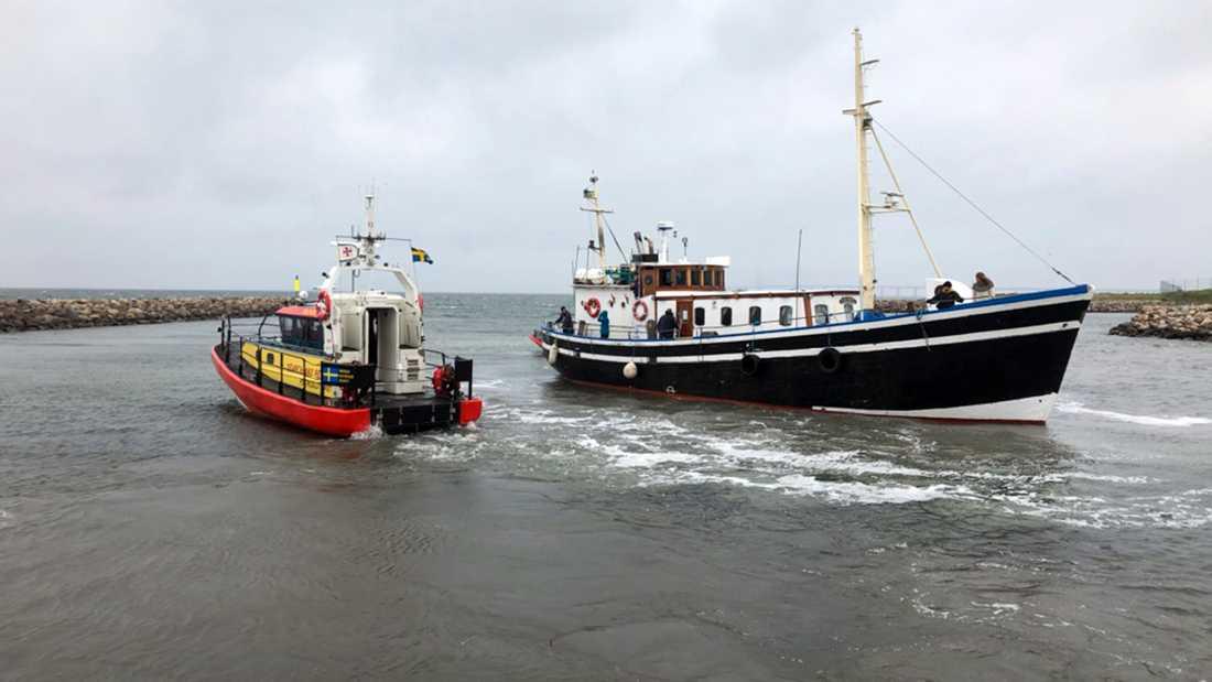"""När skutan med """"Allt för Sverige""""-deltagarna anlöpte hamnen på svenska sidan gick den på grund och sjöräddningen fick rycka ut."""