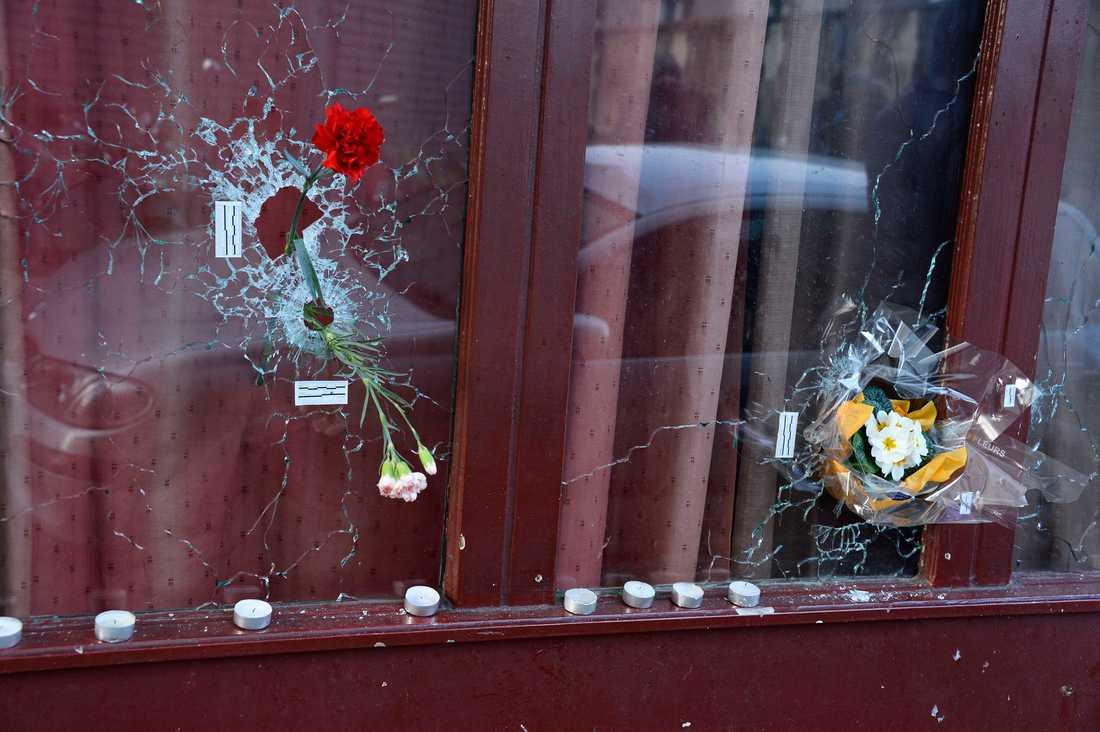 Blommor i fönstret på Carillon Café, som träffades av kulor under attackerna i Paris. Foto: AP