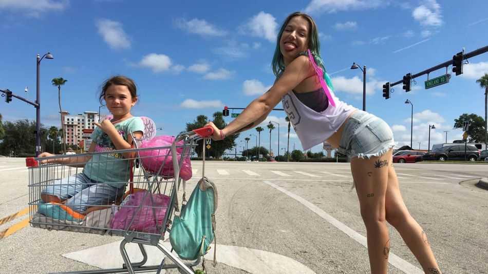 "Brooklynn Prince och Bria Vinaite i ""The Florida project""."