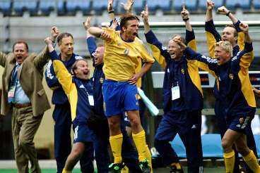 FRÅN PLATT FALL TILL SUCCÉ Uselt spel i EM 2000 och massiv kritik mot landslaget byttes mot succé och avancemang från Dödens grupp i VM 2002.