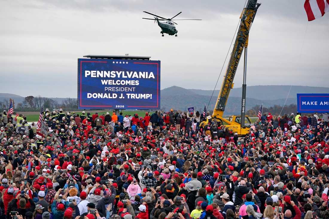 President Donald Trump tog helikoptern till ett valmöte i Martinsburg i Pennsylvania i måndags.