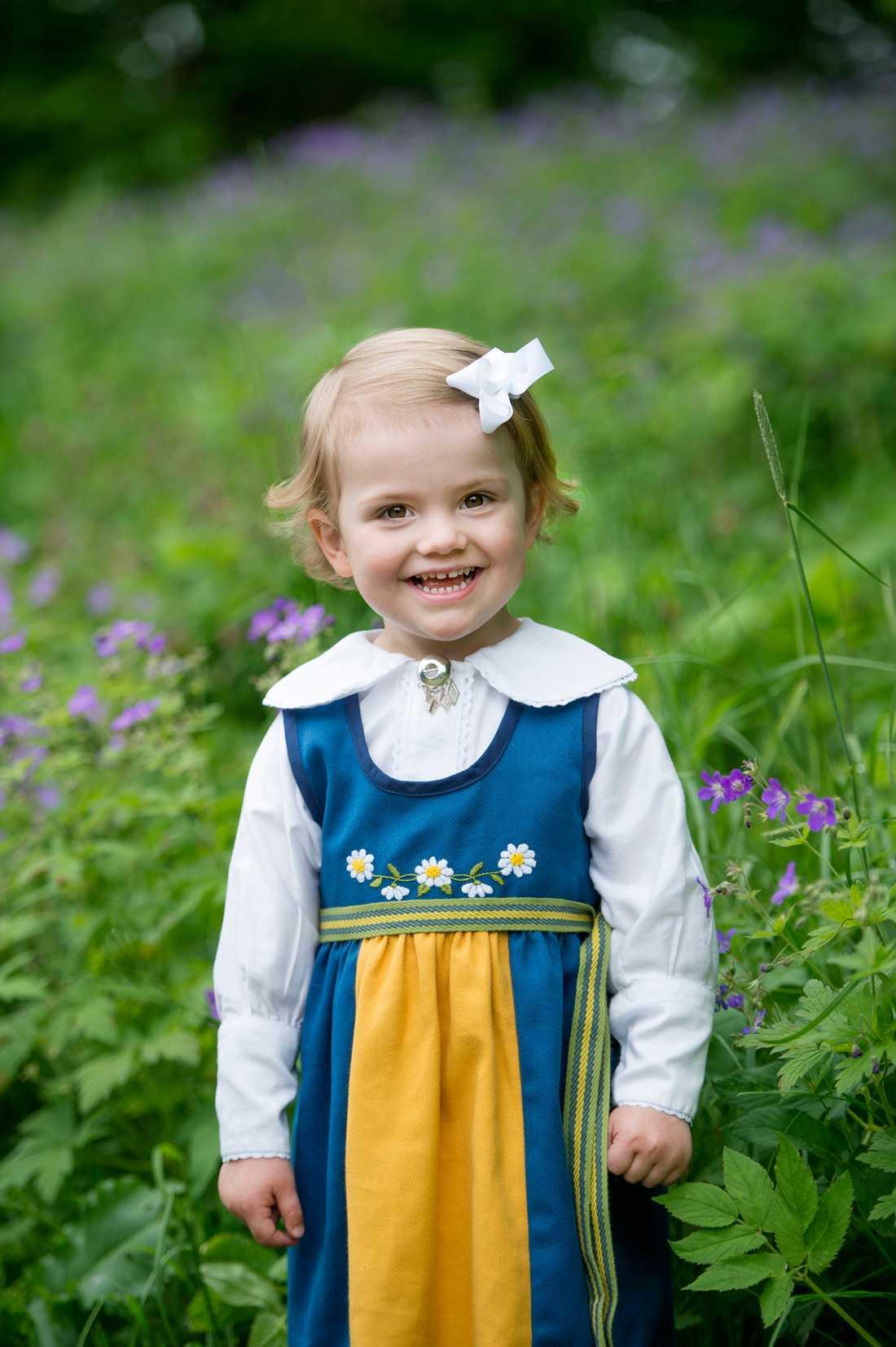 Prinsessan Estelle skickar en hälsning till svenska folket.