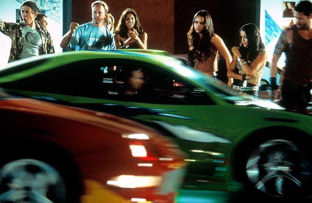 Fast and Furious-filmerna tävlar karaktärerna mot varandra med snabba bilar.