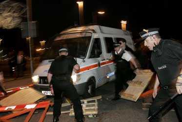 TUMULT Polisen tvingas rensa fansen barrikader när bröderna Joel, Avi och Bryan Glazer skulle lämna Old Trafford.