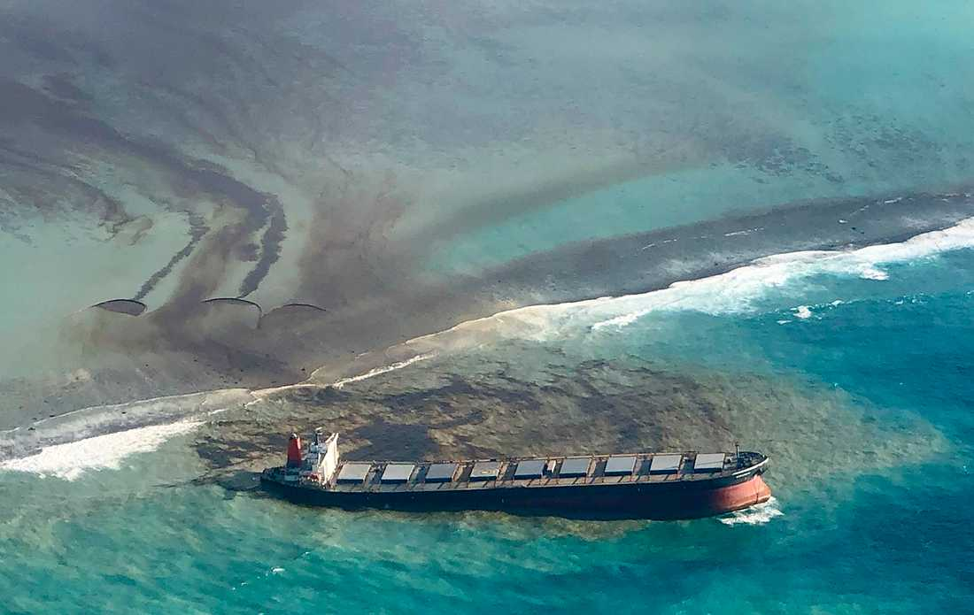 Fartyget läcker olja vid Mauritius.