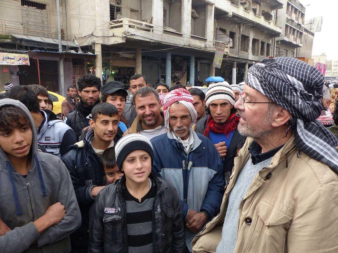 Jürgen Todenhöfer pratar med Mosul-bor.