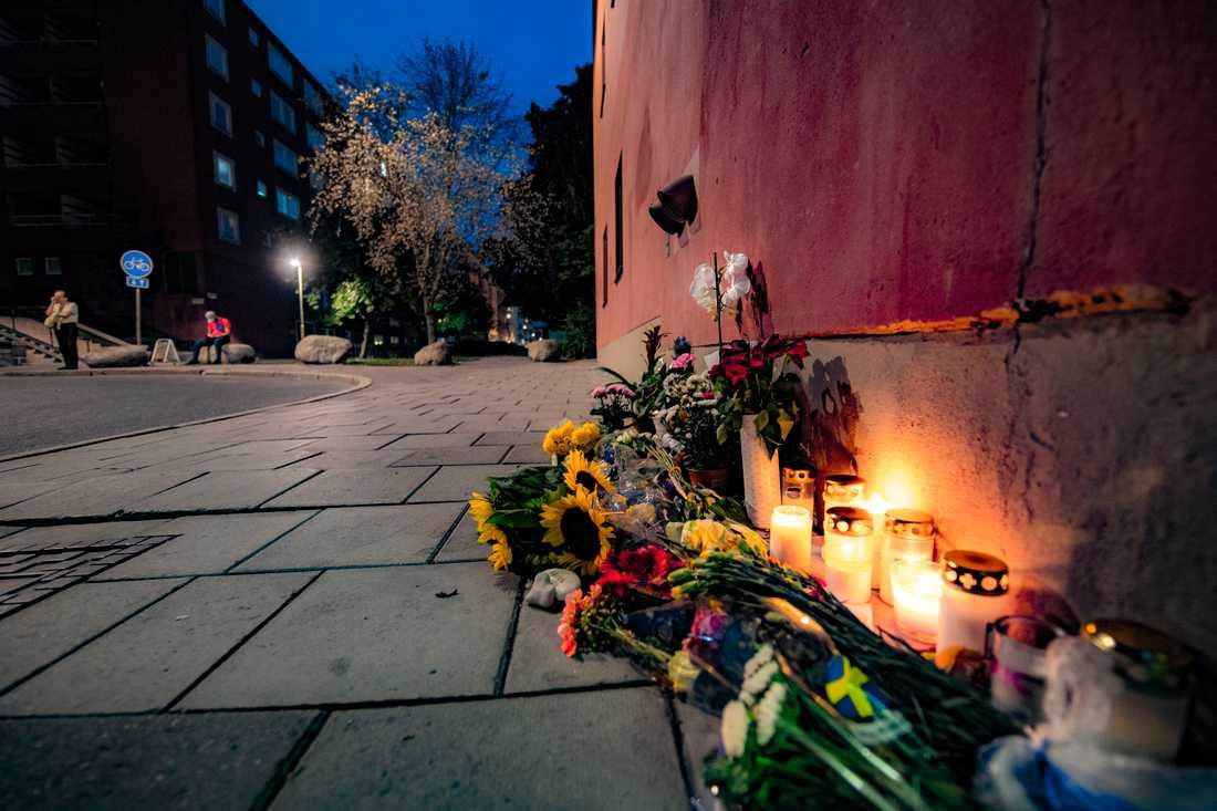 Blommor och ljus vid platsen där Eric Torell dödades.