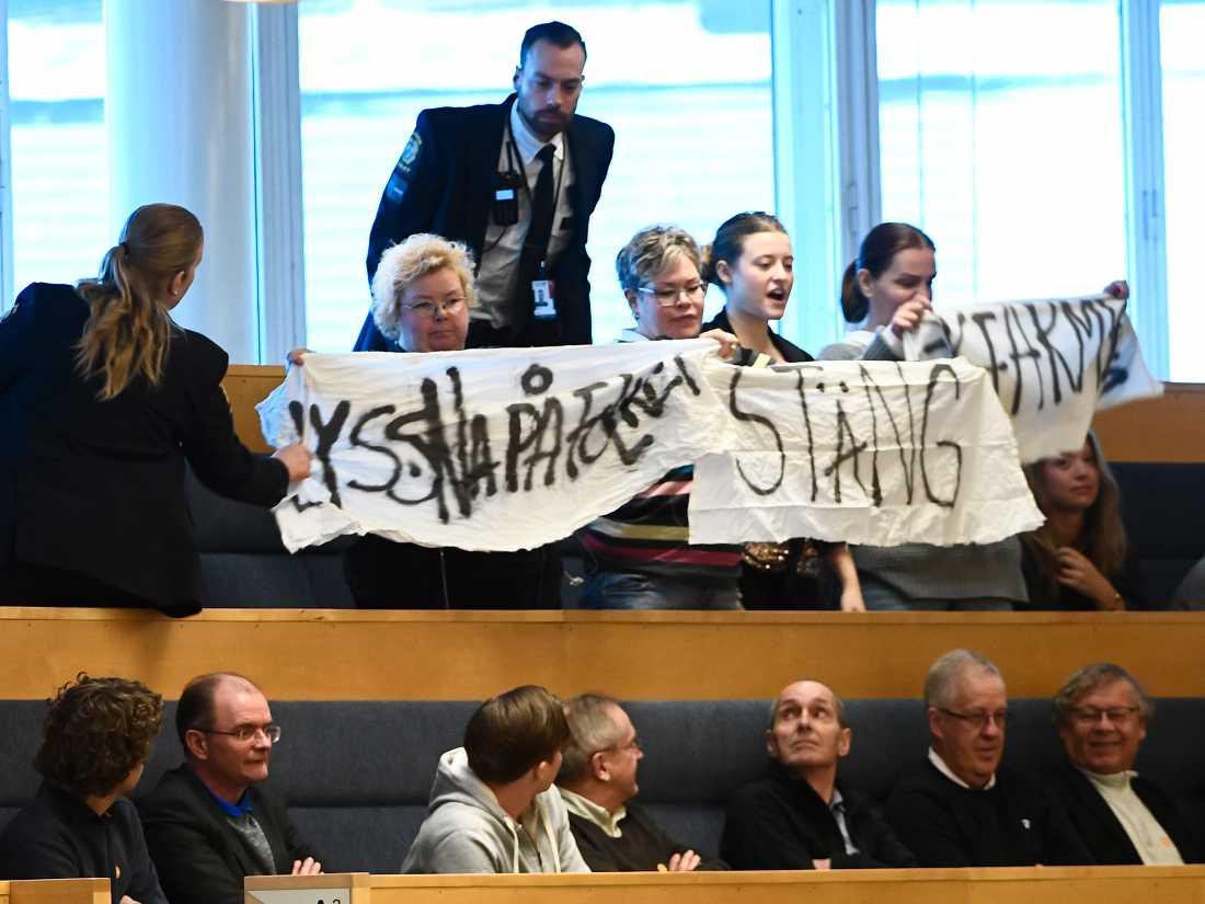 Protest på åhörarläktaren under partiledardebatt i riksdagen i Stockholm.