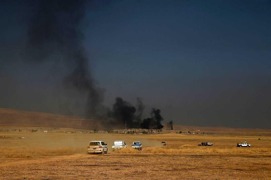 Peshmerga-konvoj på väg mot frontlinjen i Khazer.