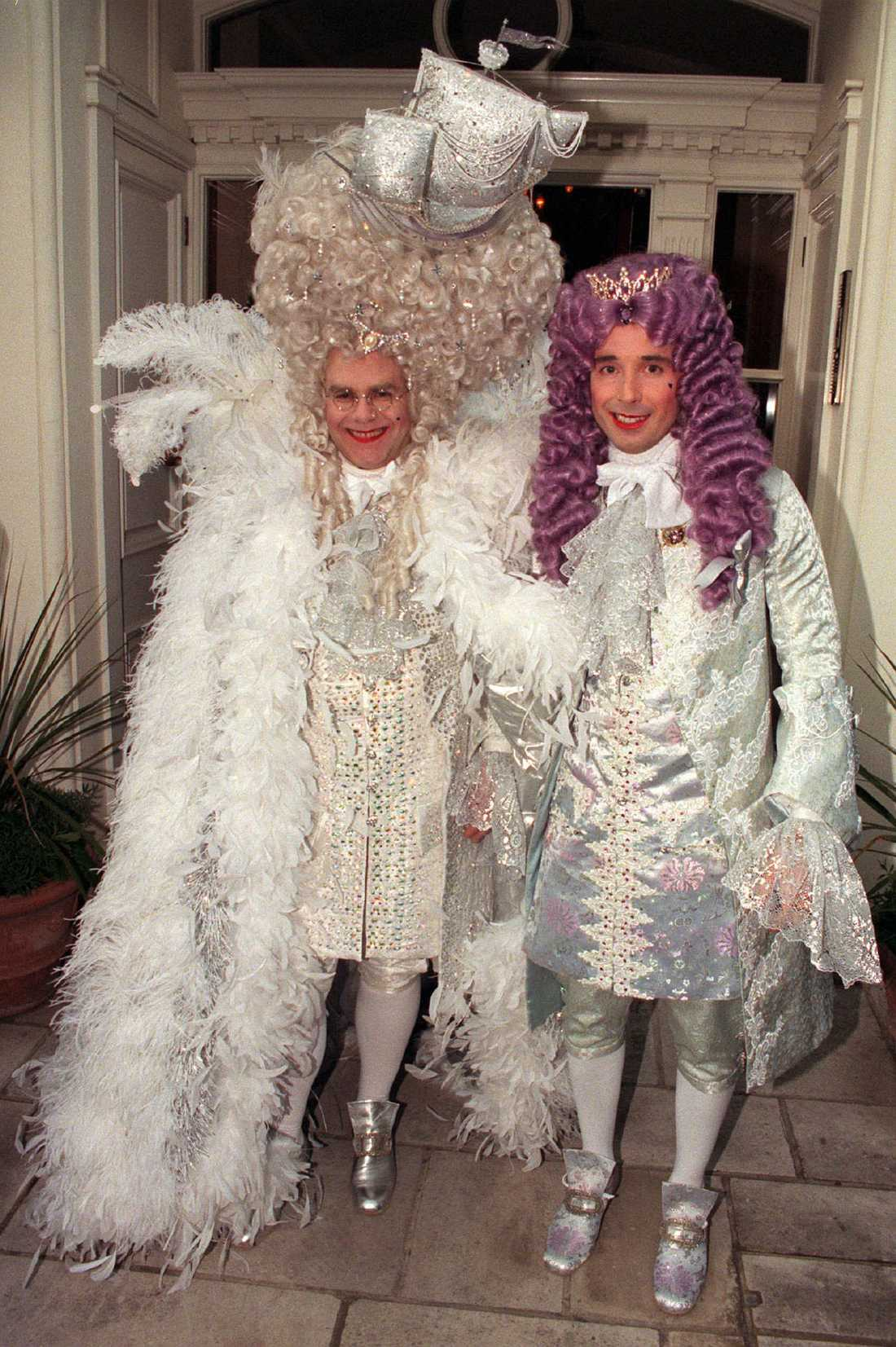 Elton John firade 50 med prima rokokokostym och pojkvännen David Furnish 1997.