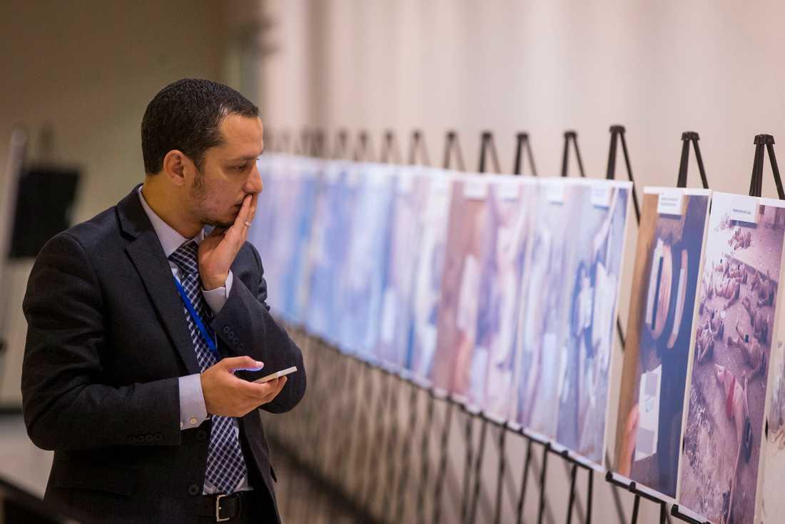 Bilder som smugglats ut från Syrien på döda kroppar hänger nu på en utställning i New York.
