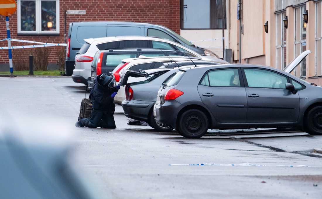 """Bilägaren ska ha hittat ett """"fyrkantigt föremål"""" vid sin bil och kontaktat polisen."""