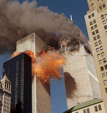 11 september Terroristerna kraschar två flygplan i World Trade Center i New York. Alla ombord omkom.