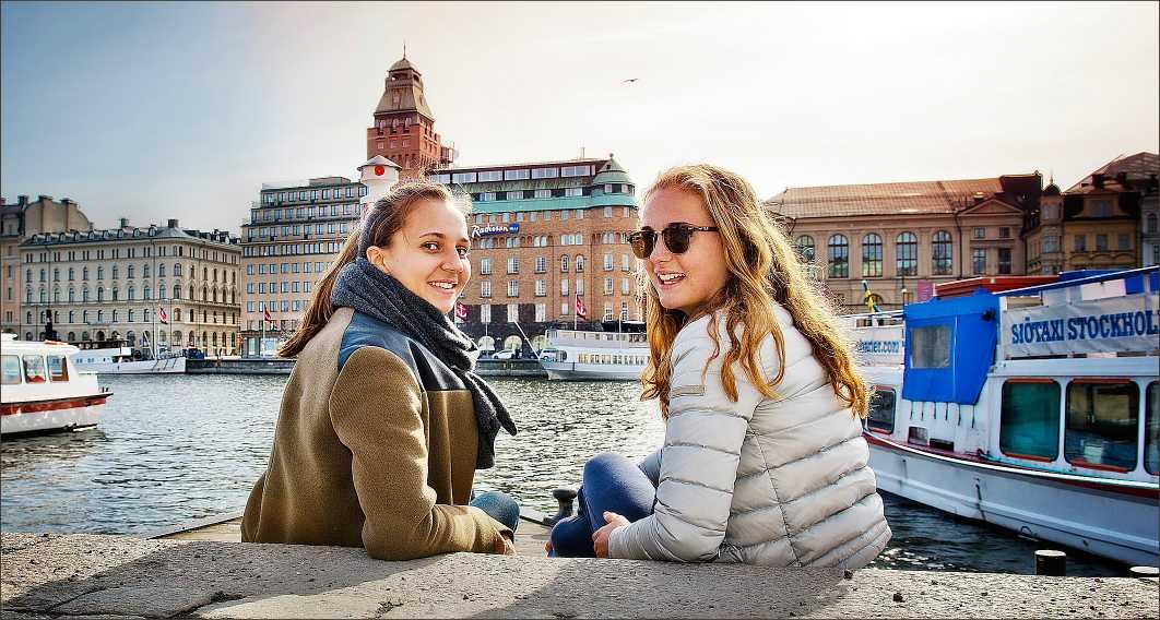 """""""Viktigt för humöret""""  Louise Olsson, 17, och Lovisa Mehrotra, 18, studerande, njöt av solen i Stockholm. """"Vi ska sola och sitta ute mycket. Balkongen eller nere vid vattnet, det spelar ingen roll, bara det är soligt. Vädret är sjukt viktigt för humöret!"""""""