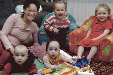 """Dubbel lycka Mamma Eva Kamijo med sina tvillingpar – nykomlingarna Ben och Dellie, bredvid tvååringarna Albin och Tilde. """"Det är dubbelt så roligt, inte dubbelt så jobbigt"""", säger Eva."""