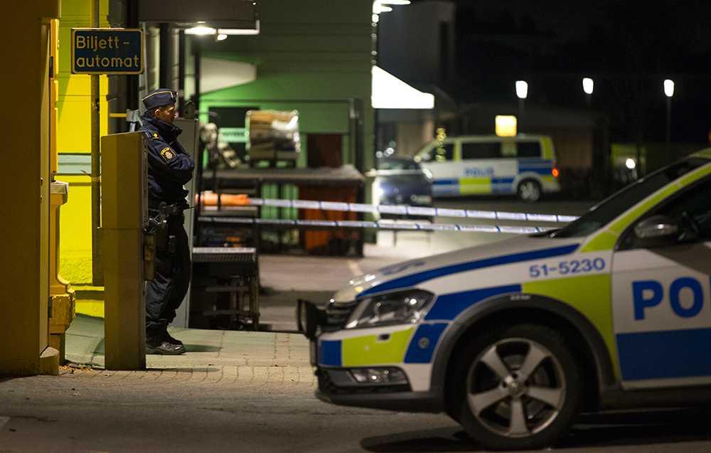 Två personer sköts till döds och åtta personer skadades när två personer med automatvapen öppna eld inne på en restaurang på Vårväderstorget i bostadsområdet Biskopsgården på Hisingen i Göteborg den 18 mars 2015.