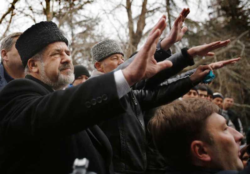tatarer på marsch Ledaren för de ryska Krimtatarerna Refat Chubarov håller ett tal inför sina anhängarevid en demonstration i Simferopol i förra veckan där mer än 100 000 personer viasde sitt stöd för Majdanrörelsen. Foto: Darko Vojinovic/AP
