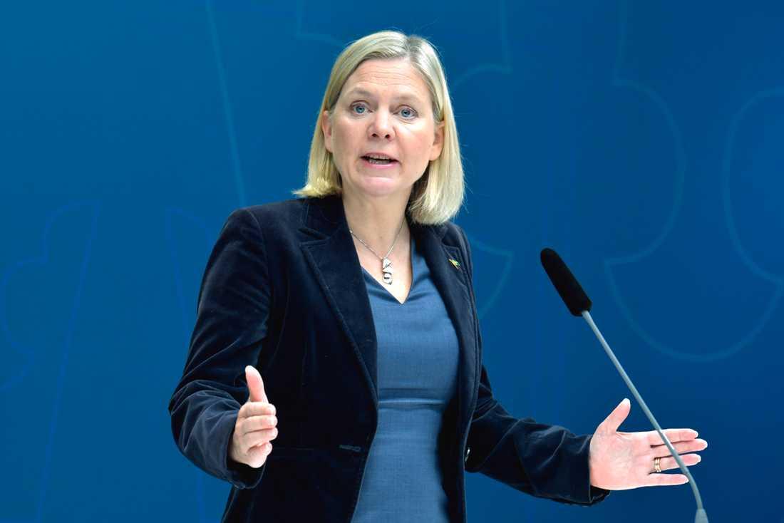 Finansminister Magdalena Andersson (S) presenterar regeringens omställningsstöd under en pressträff i Rosenbad.