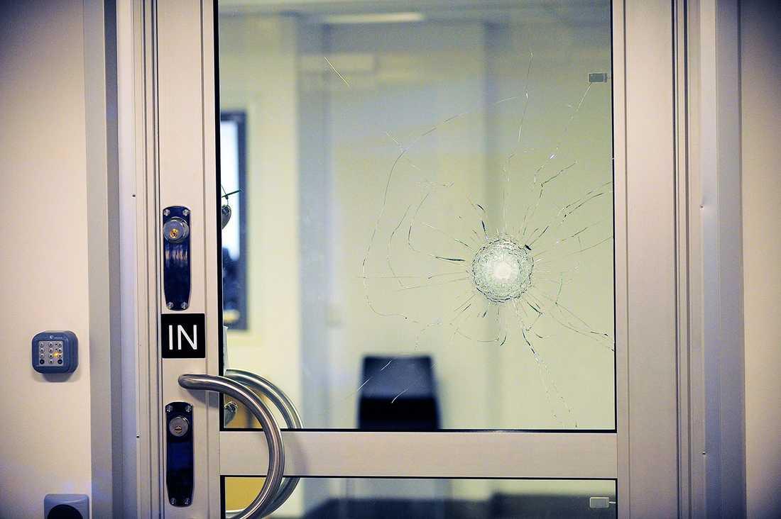 Kulhål i en dörr på polishuset.