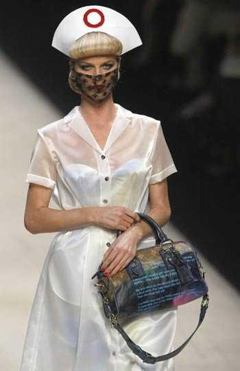 Modell i sjuksköterskeuniform hos Louis Vuitton.