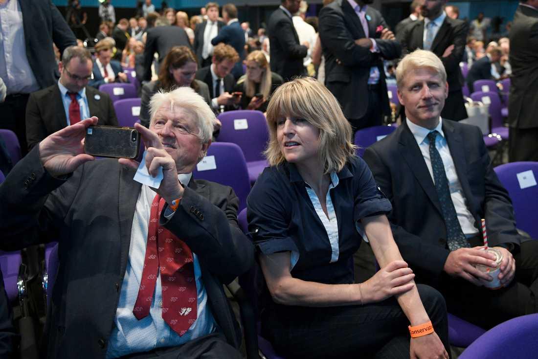 Boris Johnsons familjemedlemmar på plats för att höra resultatet av omröstningen på tisdagen.
