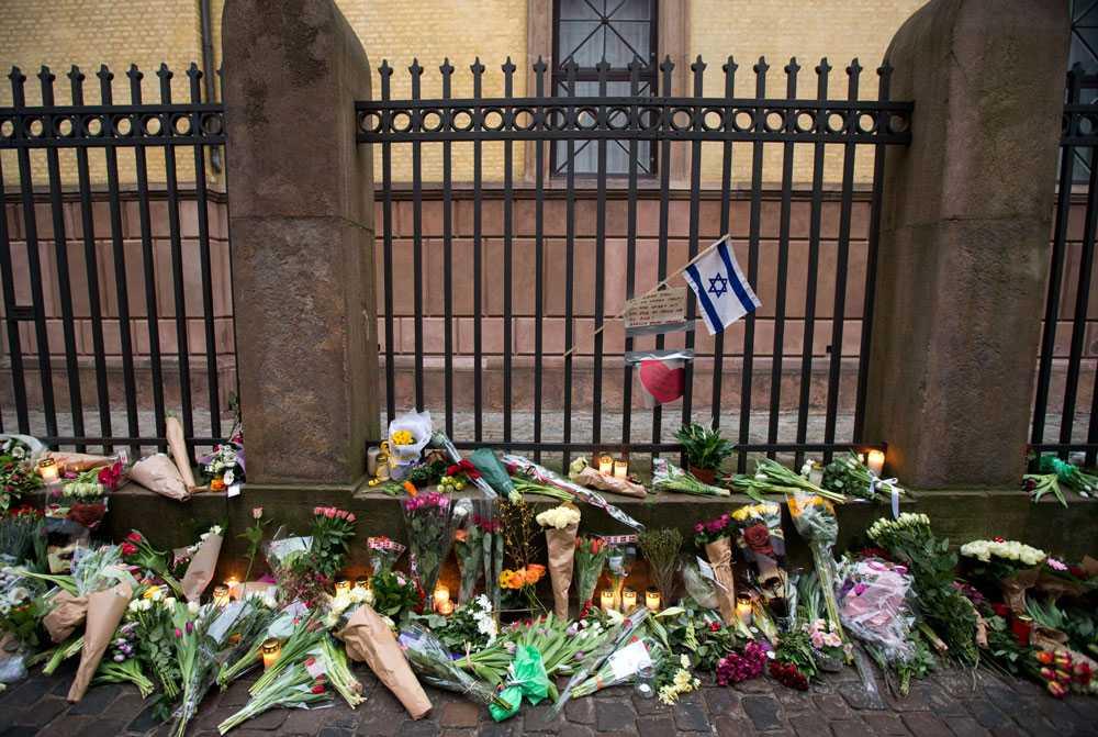 Dan Uzun sörjs utanför synagogan i Köpenhamn.
