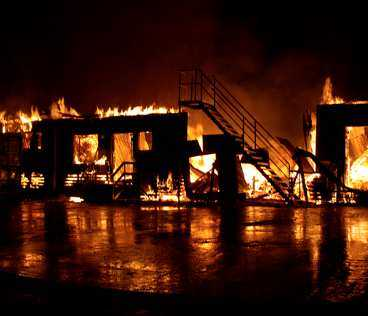 TOTALFÖRSTÖRD Dannero travbana brinner. Restaurang, totohall, föreningslokaler, biograf och pressrum totalförstördes.