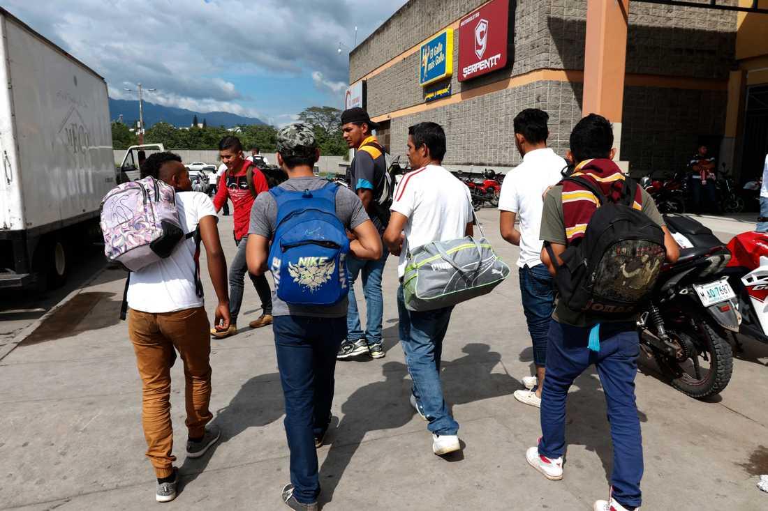 En grupp unga män i San Pedro Sula i Honduras är på väg mot USA. Bilden är från den 14 januari 2019.