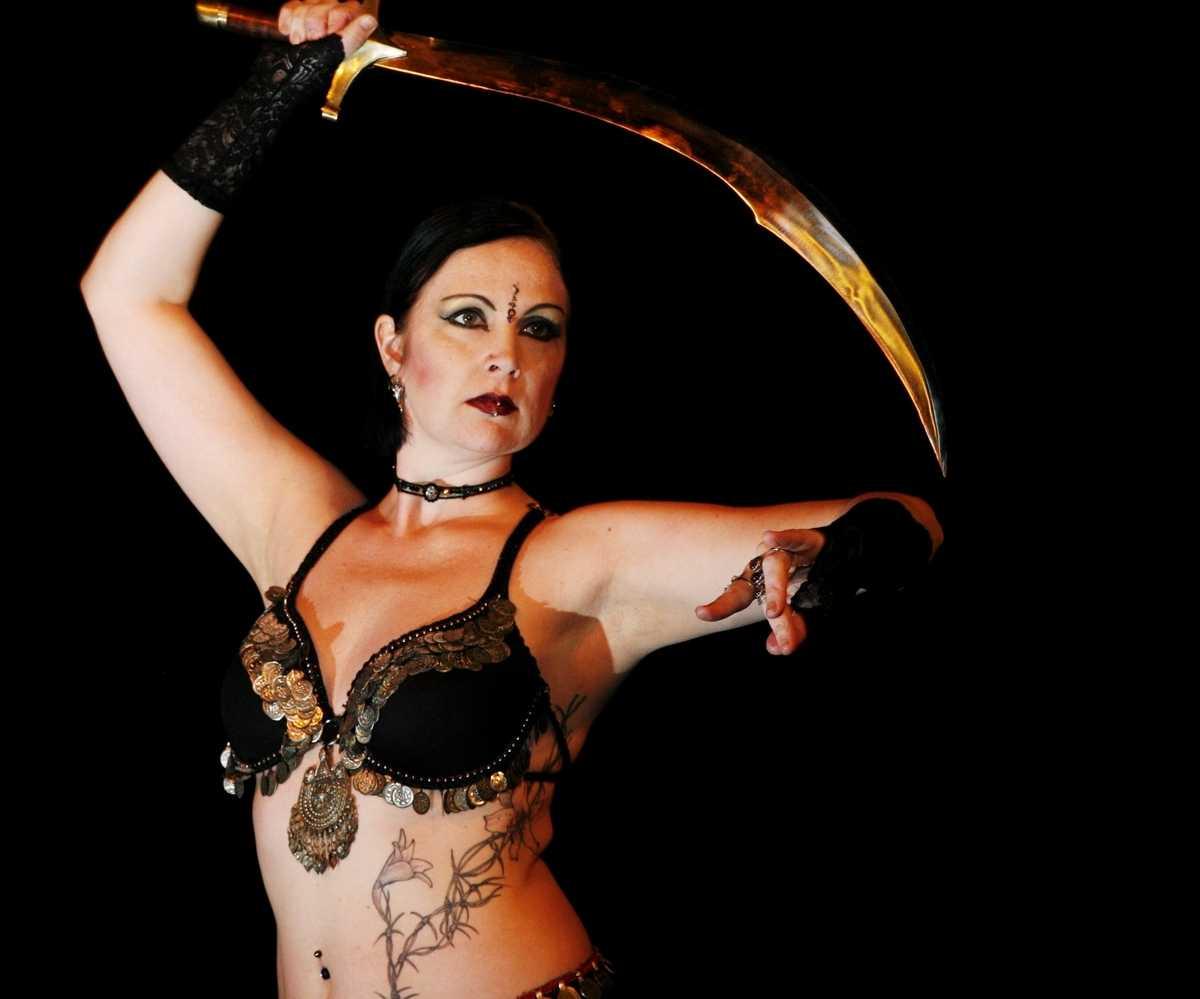 I gothisk magdans är det mer krigarmentaliteten som skall fram än i traditionell magdans. Det handlar om anfall och försvar, att kunna parera och posera.