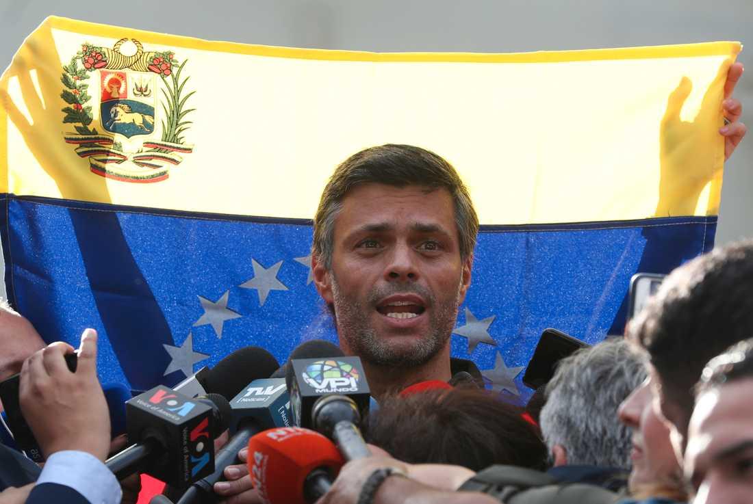 Leopoldo López under en presskonferens utanför Spaniens ambassad i Caracas.